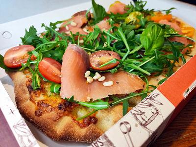 PESTO Y SALMÓN Pesto de albahaca, salmón ahumado y piñones